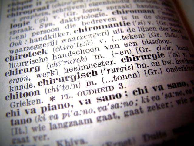 Een puzzelwoordenboek om synoniemen te vinden